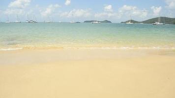 praia na baía de ao yon com água limpa