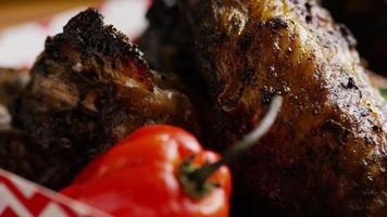 colpo rotante di deliziose ali di pollo - cibo 019