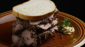 dose rotativa de delicioso sanduíche de pastrami premium ao lado de um bocado de mostarda dijon - comida 026