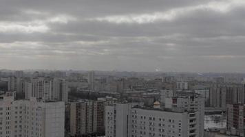 Las tuberías de las centrales atómicas contaminan la atmósfera de una gran ciudad video