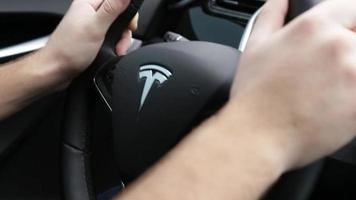 mains sur un volant au volant d'une voiture