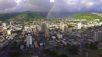 arc-en-ciel sur le centre-ville de honolulu, hawaii 4k video