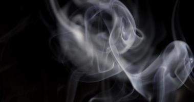 incrível fumaça branca gira com efeito desfocado em primeiro plano em 4k video