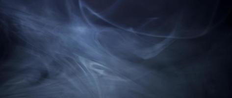 bela textura de fumaça com linhas grandes e finas movendo-se lentamente em um fundo escuro em 4k video