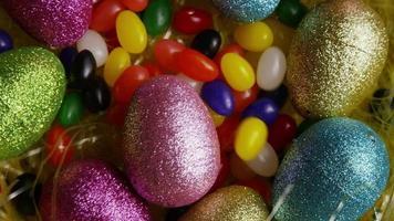 colpo rotante di decorazioni pasquali e caramelle in erba pasquale colorata - pasqua 017 video