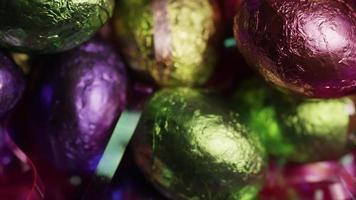 colpo rotante di caramelle pasquali colorate su un letto di erba pasquale - Pasqua 231 video