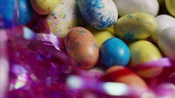 colpo rotante di caramelle colorate di Pasqua su un letto di erba di Pasqua - Pasqua 138 video