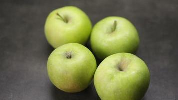 manzanas verdes en una mesa