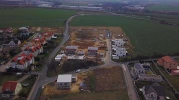 drone volando sobre un sitio en construcción video