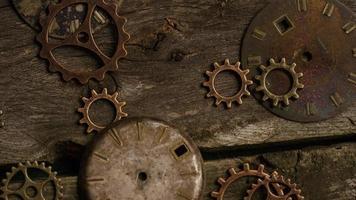 Imágenes de archivo giratorias tomadas de caras de relojes antiguas y desgastadas: caras de relojes 081 video
