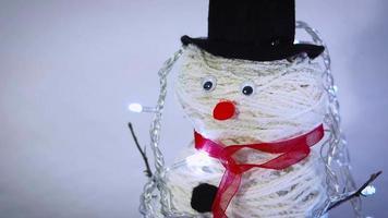 close-up de boneco de neve feito à mão com luzes