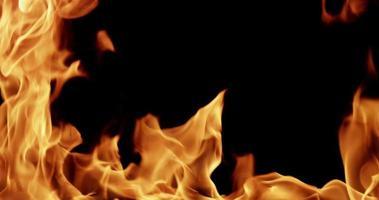 modèle chaud avec des flammes hypnotiques pour des sujets de lumière et d'énergie au ralenti 4k video