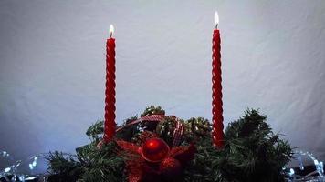 velas rojas y decoración navideña