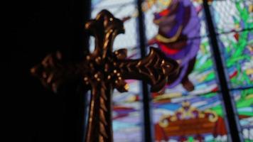 vidrieras de cruz dorada