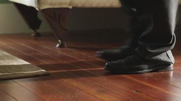 zapatos de vestir caminando sobre pisos de madera video