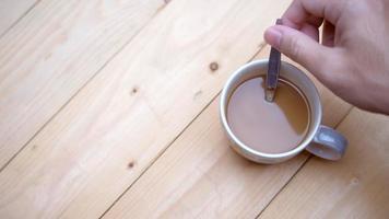 revuelve con cuchara en taza de café, video 4k