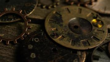 Imágenes de archivo giratorias tomadas de caras de relojes antiguas y desgastadas: caras de relojes 109 video