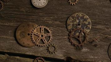 Imágenes de archivo giratorias tomadas de caras de relojes antiguas y desgastadas: caras de relojes 056 video