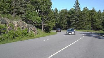 Vista de los coches que conducen por la esquina de la montaña 4k