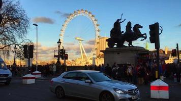 London Eye, coin de rue animé en Angleterre 4k video