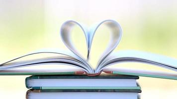 livro aberto em forma de coração