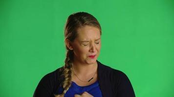 Mujer rubia sacude la cabeza con dolor clip de estudio