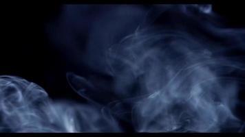 Hermoso patrón de humo blanco moviéndose desde el lado izquierdo con ondas finas en 4k