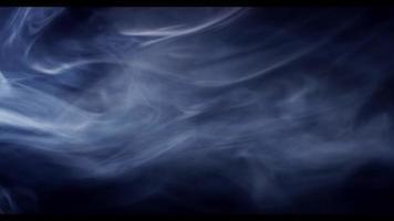 weicher transparenter Rauch, der sich langsam bewegt und durch das Licht in der Dunkelheit in 4k ausgesetzt wird