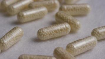 rotação de imagens de arquivo de vitaminas e pílulas - vitaminas 0106 video