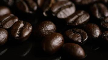 Foto giratoria de deliciosos granos de café tostados sobre una superficie blanca - granos de café 019
