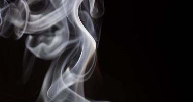 Detalle del denso humo blanco que llena la escena con un fondo oscuro en 4k