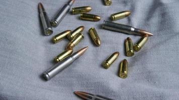 Disparo giratorio cinematográfico de balas sobre una superficie de tela - balas 088