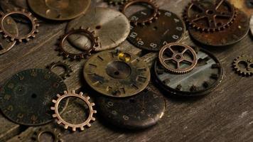 Imágenes de archivo giratorias tomadas de caras de relojes antiguas y desgastadas: caras de relojes 105 video