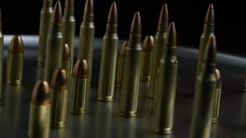 Disparo giratorio cinematográfico de balas sobre una superficie metálica - balas 073