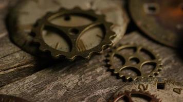 rotação de imagens de estoque de mostradores de relógio antigos e desgastados - mostradores de relógio 112 video