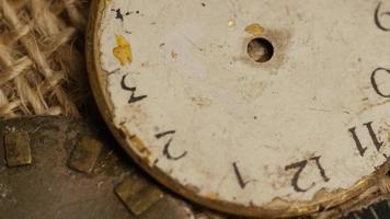 Imágenes de archivo giratorias tomadas de caras de relojes antiguas y desgastadas - caras de relojes 023 video
