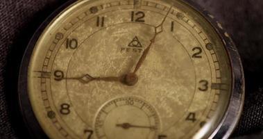 primer plano extremo de las manecillas del reloj que se mueven de 8:58 a 10:49 en un lapso de tiempo de 4 k