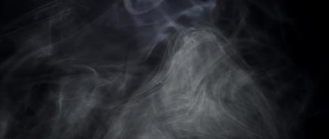 fumaça suave flutuando no lado esquerdo da cena e desaparecendo em um fundo escuro em 4k video