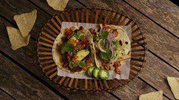 Foto giratoria de deliciosos tacos sobre una superficie de madera - barbacoa 142
