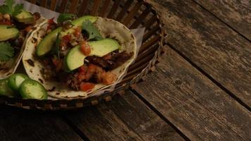 Tir rotatif de délicieux tacos sur une surface en bois - bbq 138