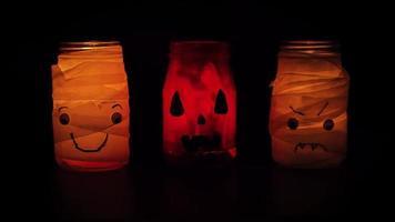 três potes fofos com velas