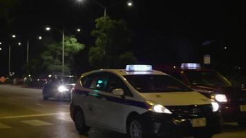 foto noturna de carros e táxis nas ruas de Chicago video