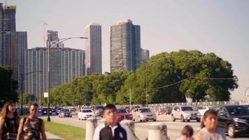 colpo lungo estremo di grant park e grattacieli a chicago