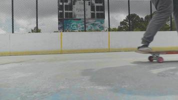 Cerca del truco de patineta sobre dos ruedas
