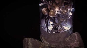cena escura de decoração branca com luzes em frasco de vidro
