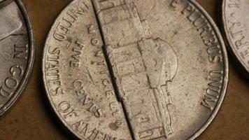 rotierende Stock Footage Aufnahme von amerikanischen Nickeln (Münze - $ 0,05) - Geld 0198