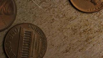 rotierende Stock Footage Aufnahme von amerikanischen Pennys (Münze - $ 0,01) - Geld 0160