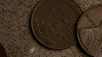 rotierende Stock Footage Aufnahme von amerikanischen Pennys (Münze - $ 0,01) - Geld 0161