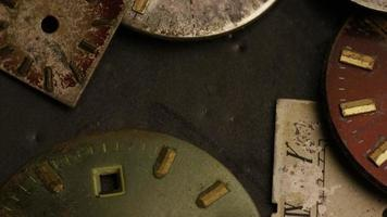 Imágenes de archivo giratorias tomadas de caras de relojes antiguas y desgastadas - caras de relojes 003 video