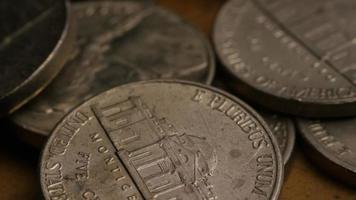 rotierende Stock Footage-Aufnahme von amerikanischen Nickeln (Münze - $ 0,05) - Geld 0190